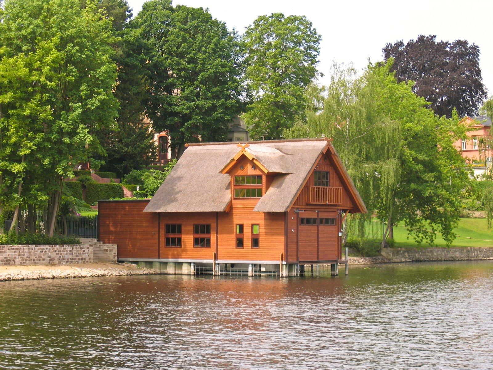 dřevěný dům u vody