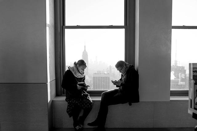 muž a žena u okna