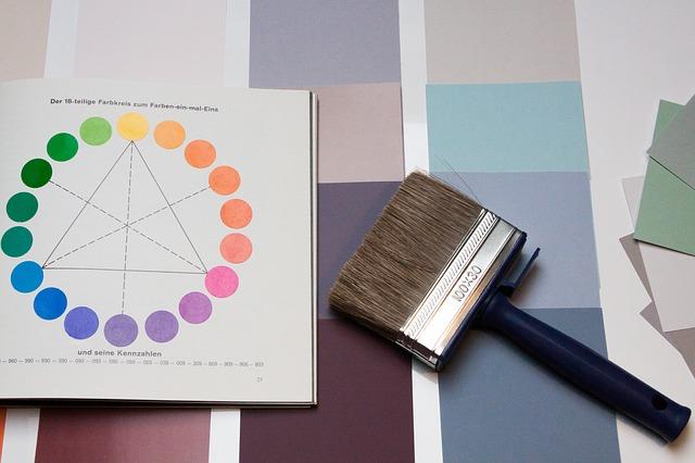 barevný vzorník, kniha a malířská štětka.jpg