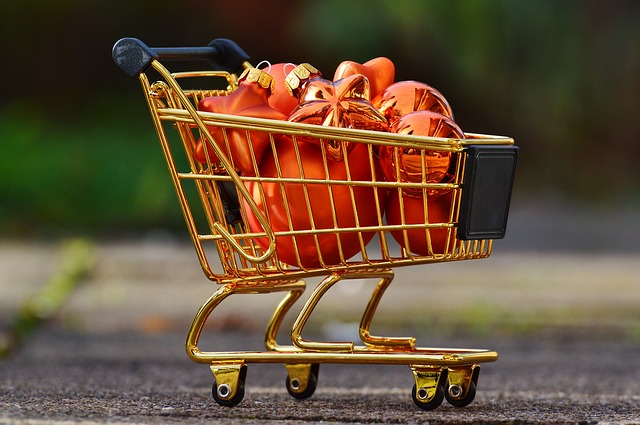 Nákupní vozík plný ozdob
