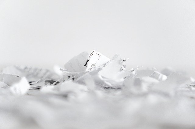 roztrhané kousky dokumentů