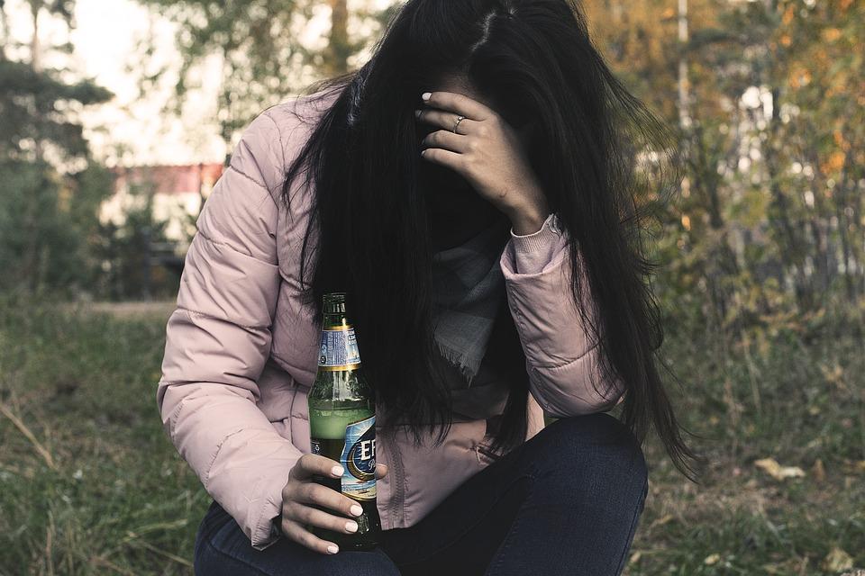 sedící alkoholička